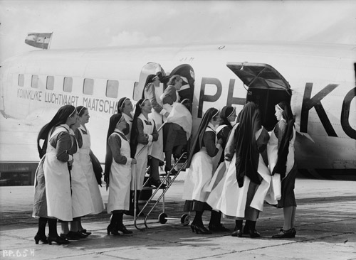 fototentoonstelling-klm-stadaarchief-Amsterdam-KLM2488-zusters-bij-vliegtuig_LR